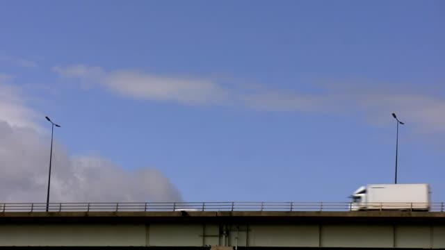 auto sul ponte - passare davanti video stock e b–roll