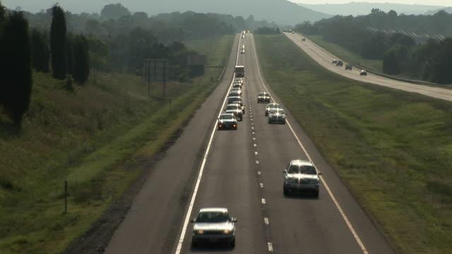 車が通り過ぎる - 州間高速道路点の映像素材/bロール