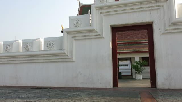 の前を通り過ぎる車の寺院の壁 - 壁点の映像素材/bロール