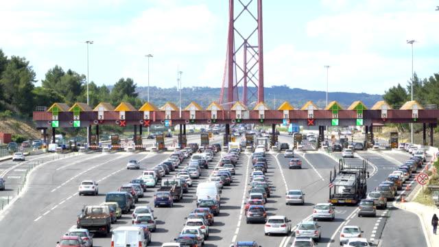 Durch den Punkt der Mautautobahn, Mautstation vorbeifahrende Autos in der Nähe der Brücke. Lissabon, portugal – Video