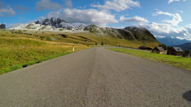 cars point of view driving down a mountain pass - passo montano video stock e b–roll