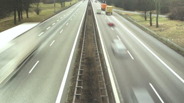 auto sull'autostrada time lapse di correre - autobahn video stock e b–roll