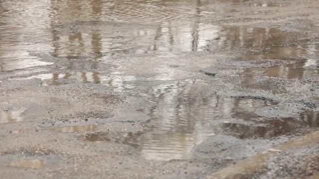 Autos können sich über die unebene Straße mit Potholes – Video
