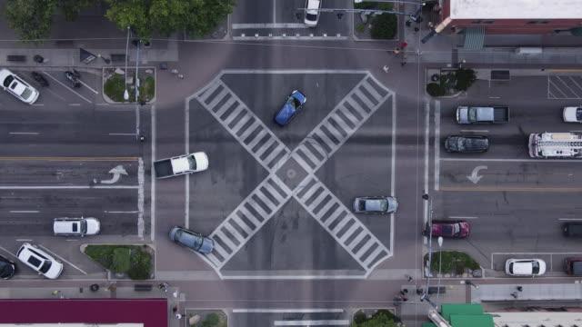 stockvideo's en b-roll-footage met auto's stoppen en gaan bij kruispunt stoplicht vier weg draaien.  van bovenaf gezien naar beneden kijkend. - arizona highway signs
