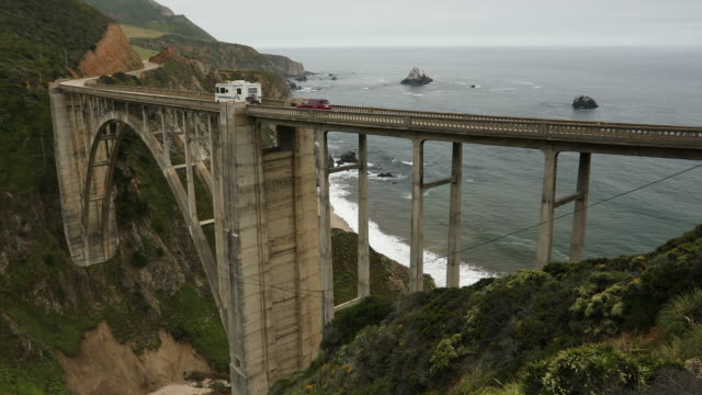 vídeos de stock e filmes b-roll de cars travel down the bixby bridge, big sur, california, usa - big sur