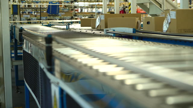 Cartons are being conveyed on a conveyor belt in the industry, applicable to jobs involving online shopping or automation that reduce manual labor. And replaced by machines