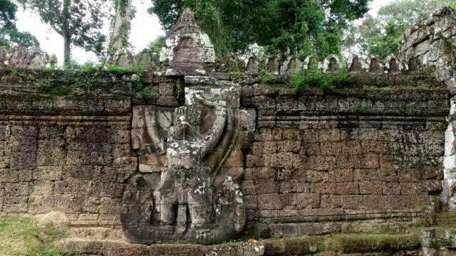 geschnitzten stein garuda auf eine außenwand des tempels preah khan - kambodschanische kultur stock-videos und b-roll-filmmaterial