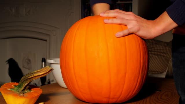 хэллоуин разделочный a pumpkin замедленная съемка прогрессирующая сканирование - pumpkin стоковые видео и кадры b-roll