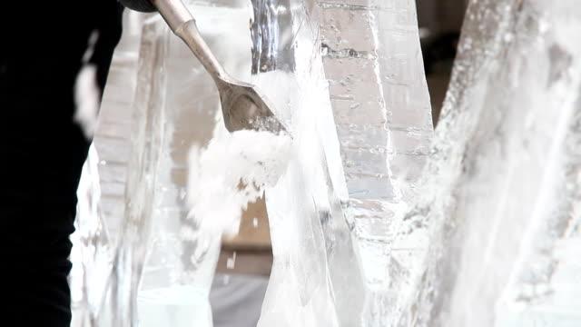 sculture di ghiaccio - incisione oggetto creato dall'uomo video stock e b–roll