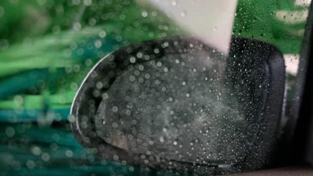 vidéos et rushes de fond de lavage de carwash avec des gouttes - raclette