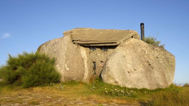 vídeos de stock e filmes b-roll de casa do penedo boulder house in fafe, portugal - isolated house, exterior
