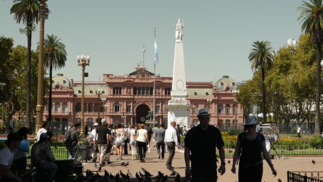 casa rosada (casa rosa) a buenos aires (argentina) government presidential building. buenos aires, circa 2019. - bandiera dell'argentina video stock e b–roll