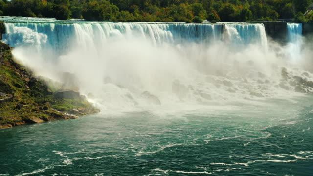 vídeos de stock, filmes e b-roll de cascata de incríveis cachoeiras - cataratas do niágara. vista do lado canadense para a costa americana - rio niagara