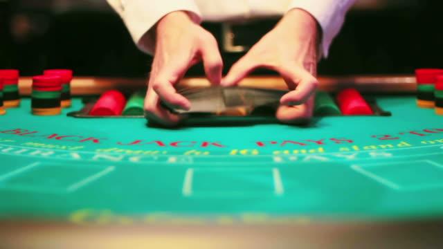 casinò, black jack tabella. - gioco d'azzardo video stock e b–roll