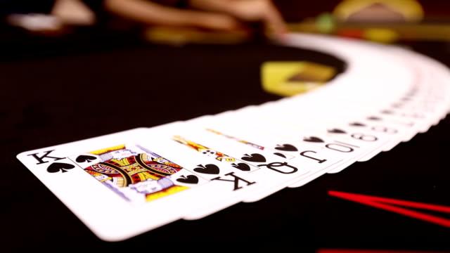 Casino: Dealer Frau mischt die Pokerkarten und ausführen Trick mit Karten. Aufnahme auf RED EPIC Cinema Camera in Zeitlupe. – Video