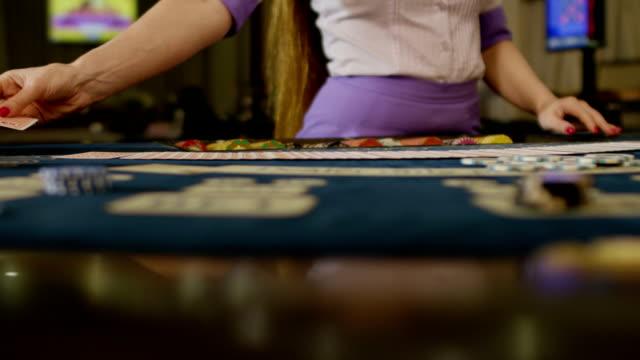 vídeos de stock e filmes b-roll de casino: dealer woman shuffles the poker cards. shot on red epic dragon cinema camera in slow motion. - mesa mobília