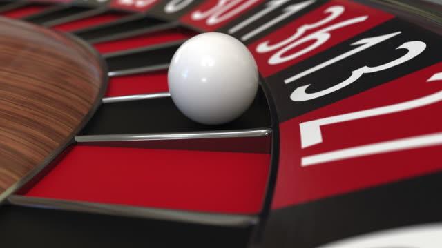 カジノルーレットホイールボールは131黒を打つ - 不吉点の映像素材/bロール