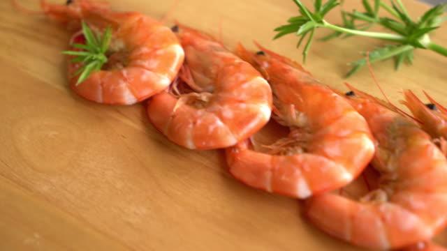 vídeos de stock, filmes e b-roll de camarões casseroled: camarões - descascado