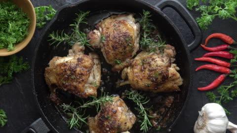vidéos et rushes de cuisses de poulet poulet en fonte - fait maison