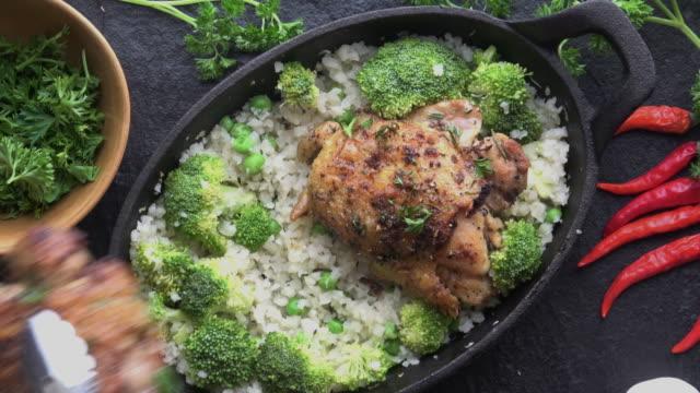 cast iron chicken chicken thighs - tipo di cibo video stock e b–roll