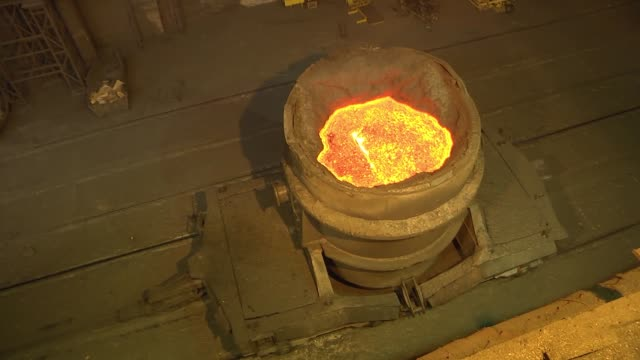 cast iron in buckets for pouring into the converter. converter production at the metallurgical plant. - attrezzatura energetica video stock e b–roll