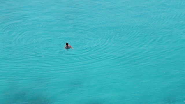 キャスタウェイで深い青 seawaters - 水に浮かぶ点の映像素材/bロール
