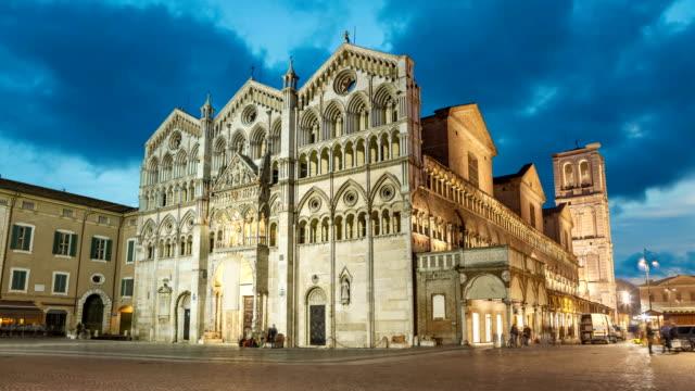 castello estense akşamları, ferrara - unesco stok videoları ve detay görüntü çekimi