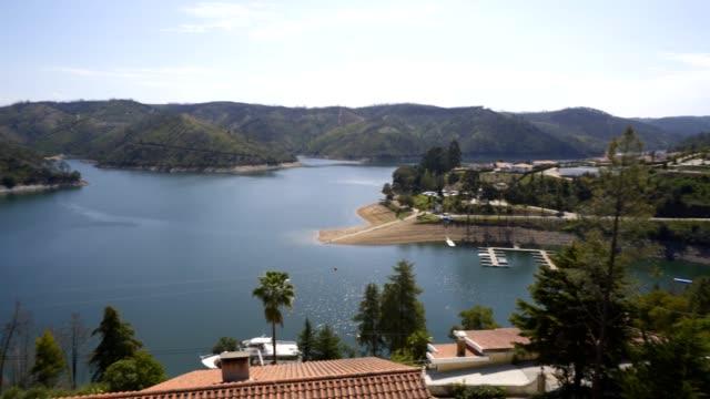 vídeos de stock e filmes b-roll de castelo do bode albufeira dam lake in portugal - barragem portugal