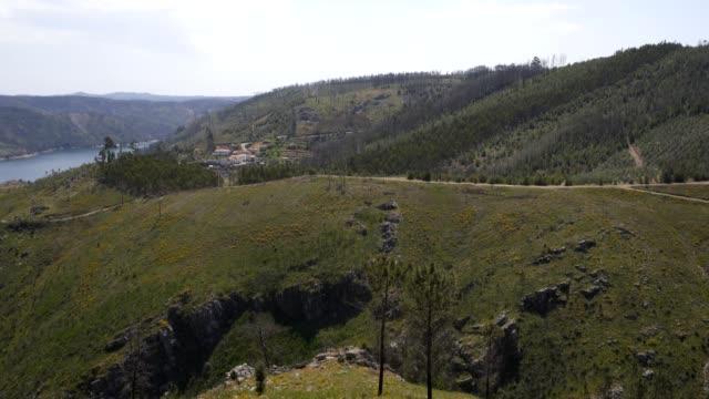 vídeos de stock e filmes b-roll de castelo do bode albufeira dam lake landscape in portugal - barragem portugal