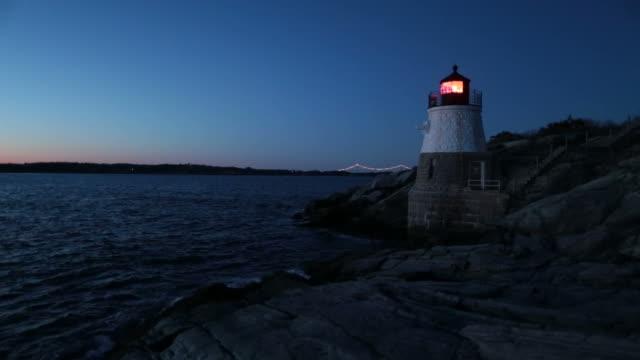 castle hill lighthouse (ri) nacht - leuchtturm stock-videos und b-roll-filmmaterial