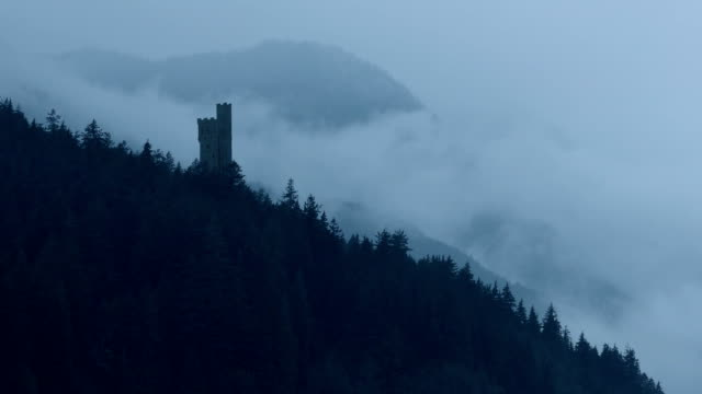 vídeos de stock e filmes b-roll de castle in misty mountains - castle