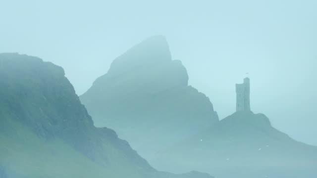 vídeos de stock, filmes e b-roll de castelo em misty mountains - castelo