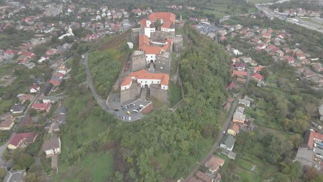 castello. castello di palanok. mukachevo. ucraina. vista aerea. - transcarpazia video stock e b–roll