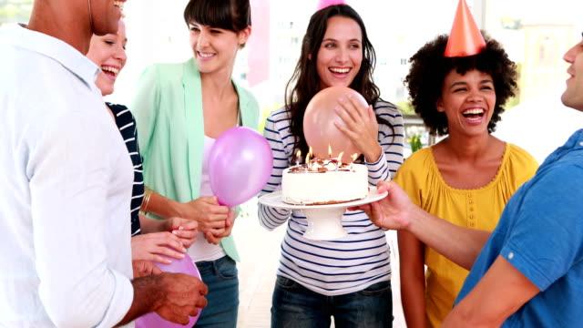 vídeos de stock e filmes b-roll de casual negócios pessoas a fazer festa de aniversário - envolvimento dos funcionários