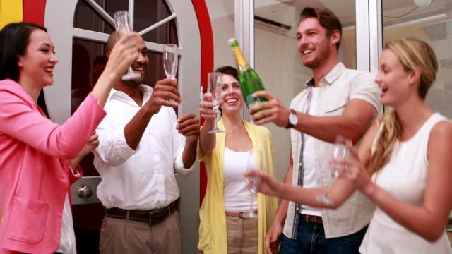 nieformalny zespół biznesowy świętowanie z szampanem - 30 39 lat filmów i materiałów b-roll