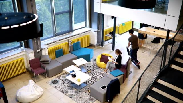 스쿠터로 출근 하는 캐주얼 사업 - modern office 스톡 비디오 및 b-롤 화면