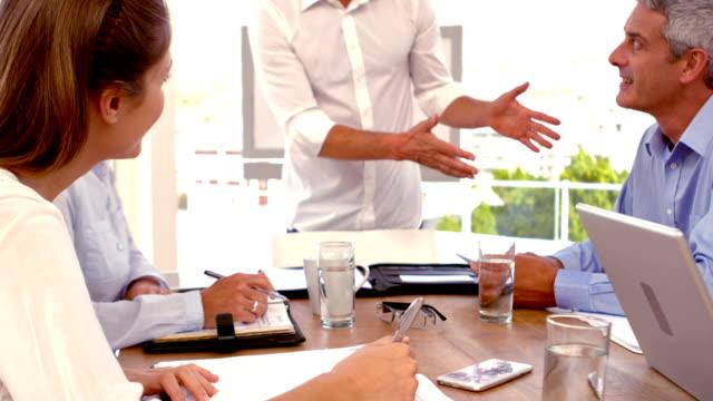 Informal ejecutivo dando una presentación durante una reunión - vídeo