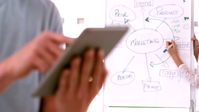 lässig geschäftsmann mit seinem tablet - reisebüro stock-videos und b-roll-filmmaterial