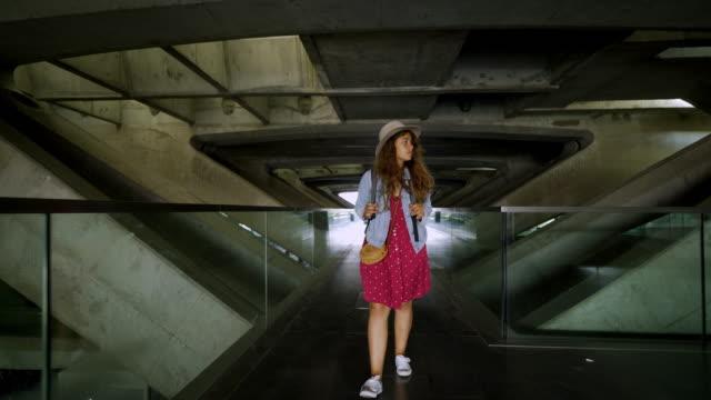 vídeos de stock, filmes e b-roll de menina ocasional que anda na estação de comboio moderna - perspectiva espacial