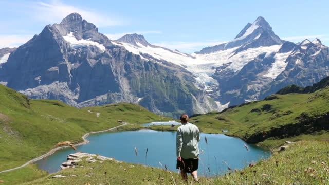 Lässige Wanderer macht seinen Weg entlang alpine trail – Video