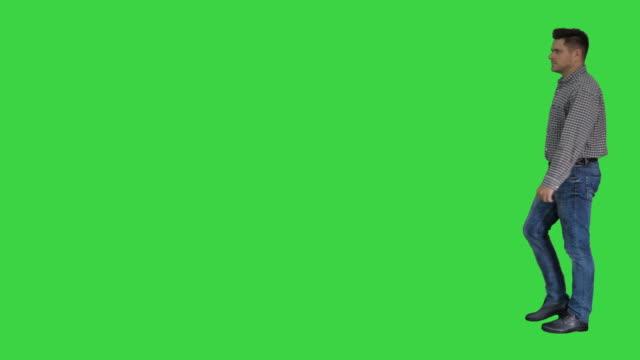 緑の画面上を歩くカジュアルな男、クロマキー - 全身点の映像素材/bロール