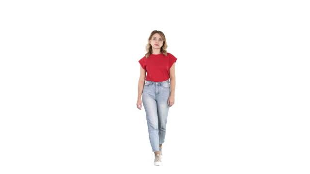 白い背景に歩いて微笑むカジュアルな女性 - 全身点の映像素材/bロール