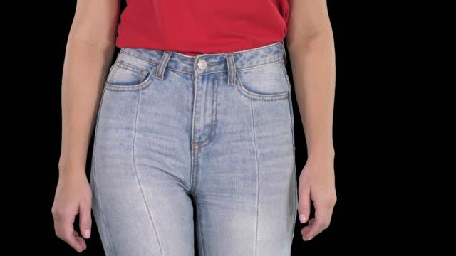 casual kvinna går i höga jeans och röd t-shirt, alfakanal - bum bildbanksvideor och videomaterial från bakom kulisserna