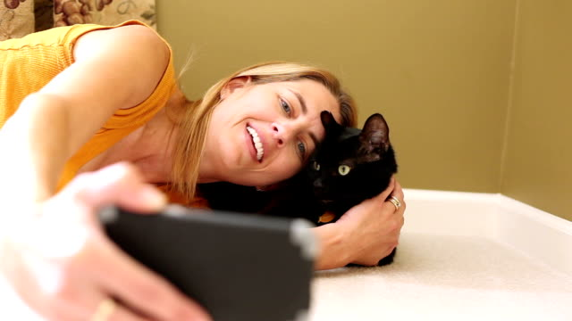 vídeos de stock e filmes b-roll de cat crazy lady taking selfies with kitty - fotografar