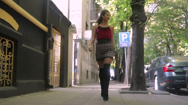 stockvideo's en b-roll-footage met kat lopen op straat - street style