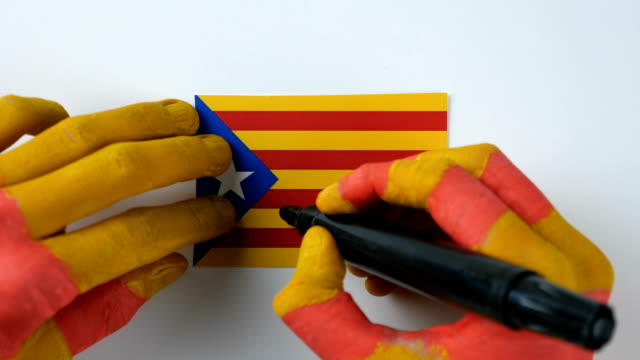 Catalan hands writes NO on the Catalan flag video
