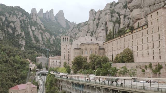 stockvideo's en b-roll-footage met catalonië, spanje. santa maria de montserrat. benedictinarum abdij in de bergen van montserrat, in monistrol de montserrat, in catalonië, spanje - klooster