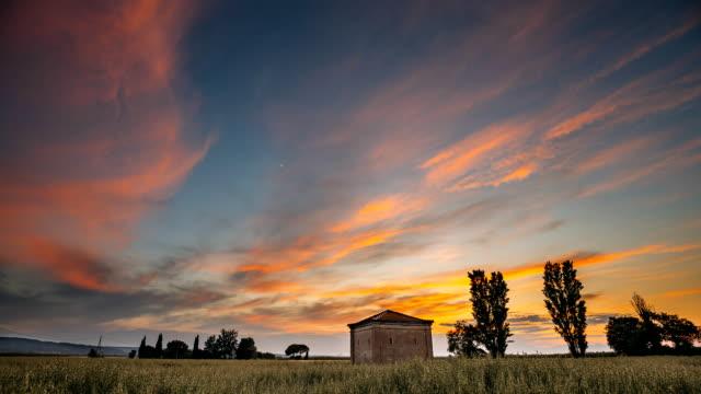 catalonia, i̇spanya. bahar i̇spanyol kırsal kırsal buğday alan manzara yukarıda gökyüzü günbatımı. yalnız ahır çiftlik bina çiftlik evi ile akşam bulutlar dramatik gökyüzü altında - ahır stok videoları ve detay görüntü çekimi