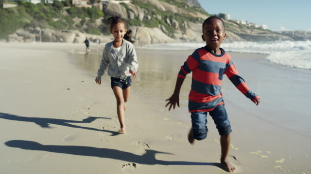 catch me if you can! - bambine africa video stock e b–roll