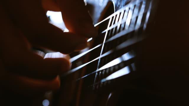 att fånga riff och solljus - akustisk gitarr bildbanksvideor och videomaterial från bakom kulisserna